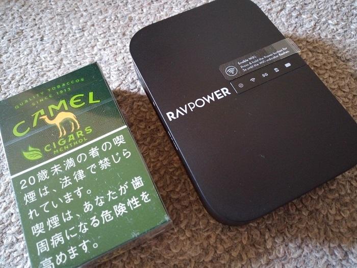 RAVPowerの実物とタバコの大きさ比較